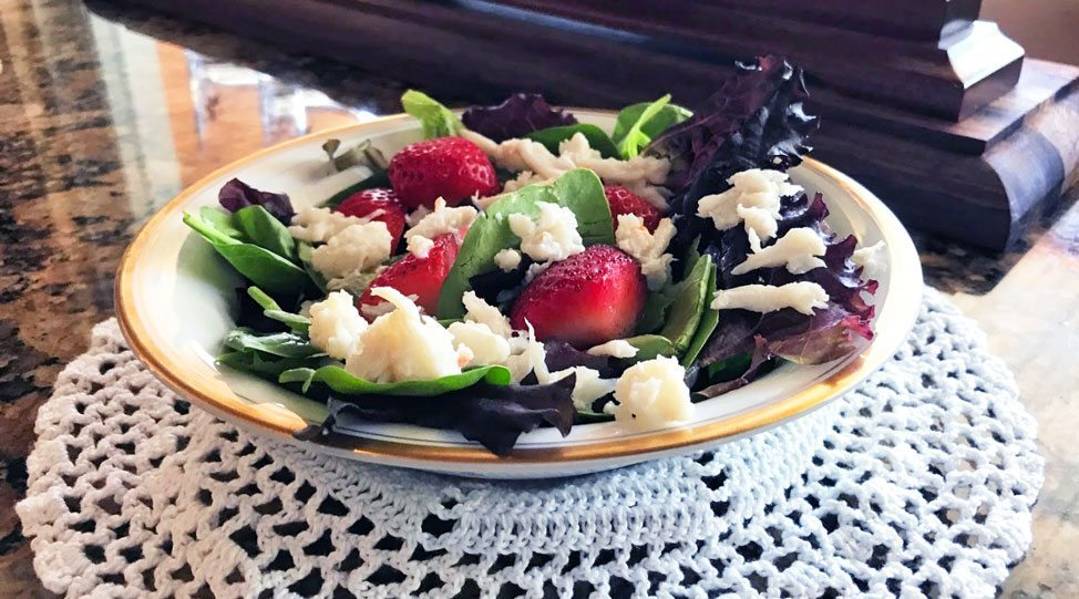 gluten free summer salad recipe spring mix with strawberries and flaked crab